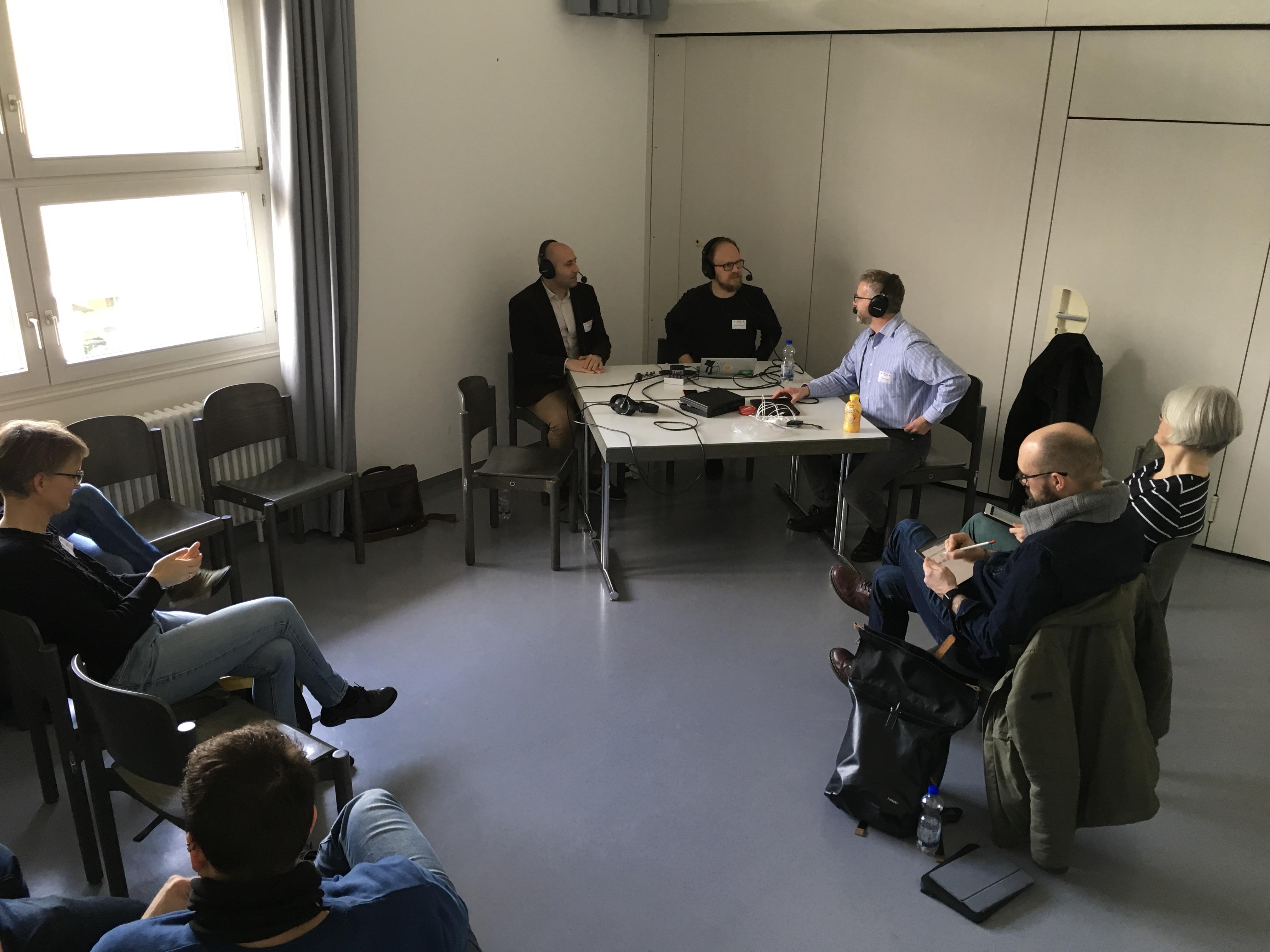 Dejan Mihajlović, Jöran Muuß-Merholz und Axel Krommer während des Podcasts vor Publikum, Foto von Birgit Kury (CC BY 4.0)